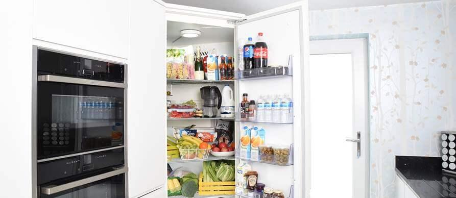otvoren frižider pun namirnica