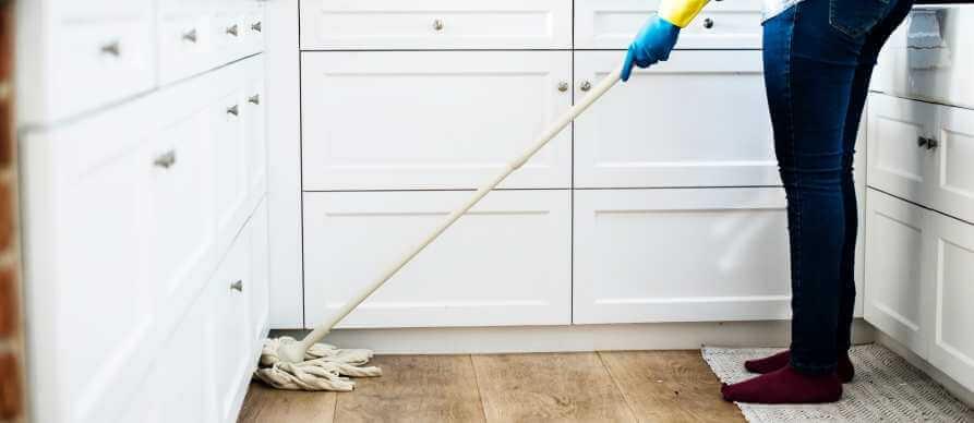 Ciscenje poda u kuhinji