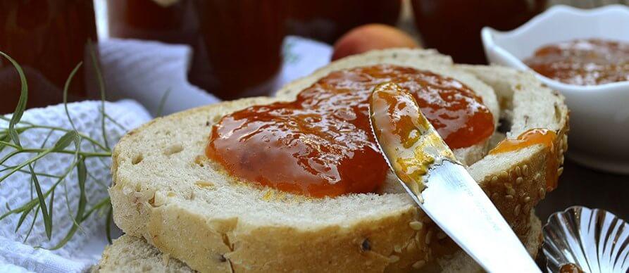 džem od kajsija na hlebu