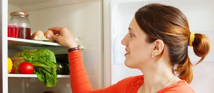 devojka otvara frižider