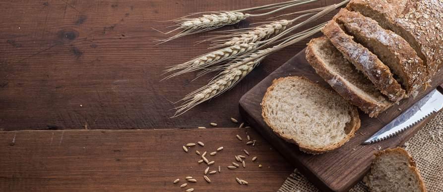 isečen hleb na dasci