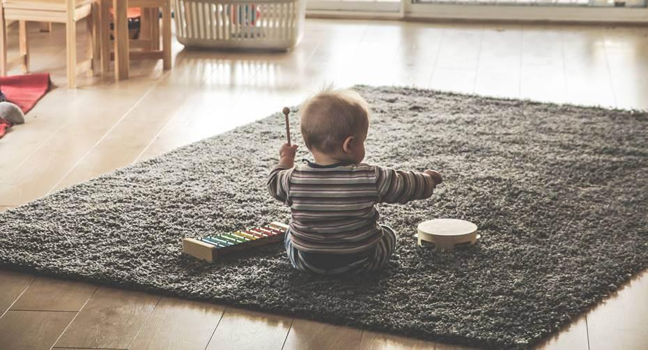 beba se igra na podu
