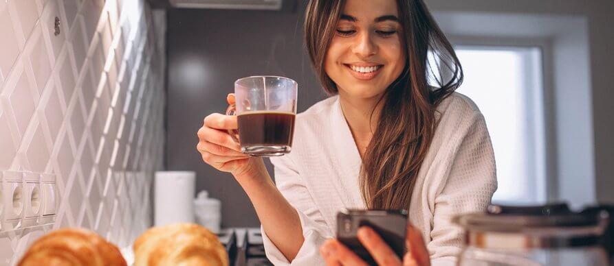Devojka pije kafu