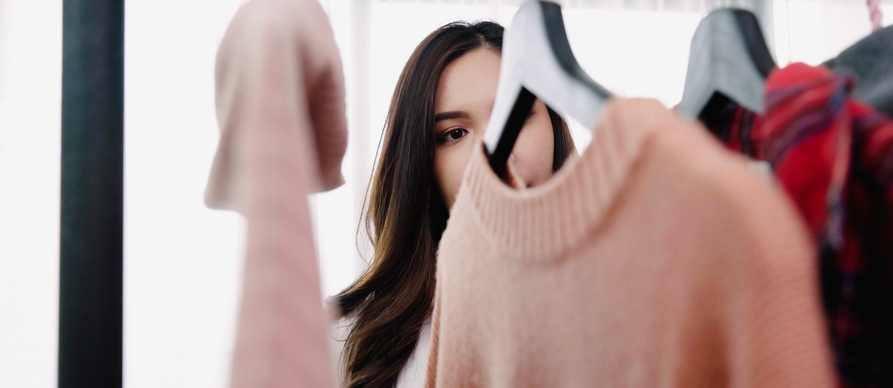 devojka gleda garderobu na ofingeru
