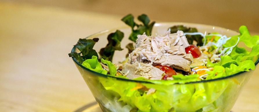 salata sa tunjevinom u činiji