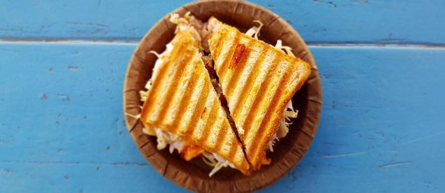 topli sendviči na tanjiru
