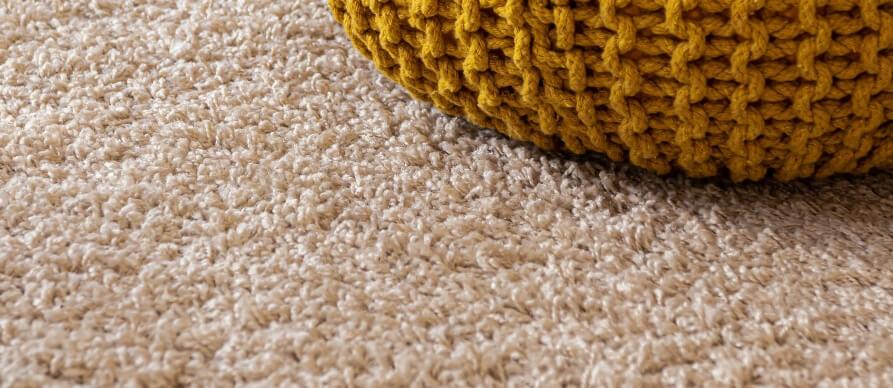 žuti tabure na tepihu
