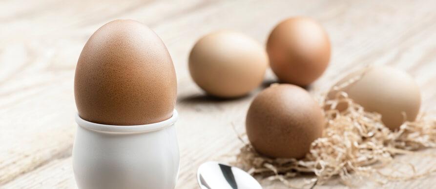 Kuvana jaja na drvenoj podlozi