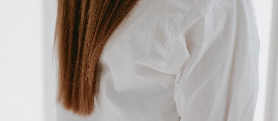 Devojka smedje kose u beloj košulji