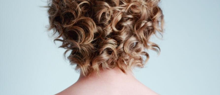 prikaz kratke smedje kovrdžave kose