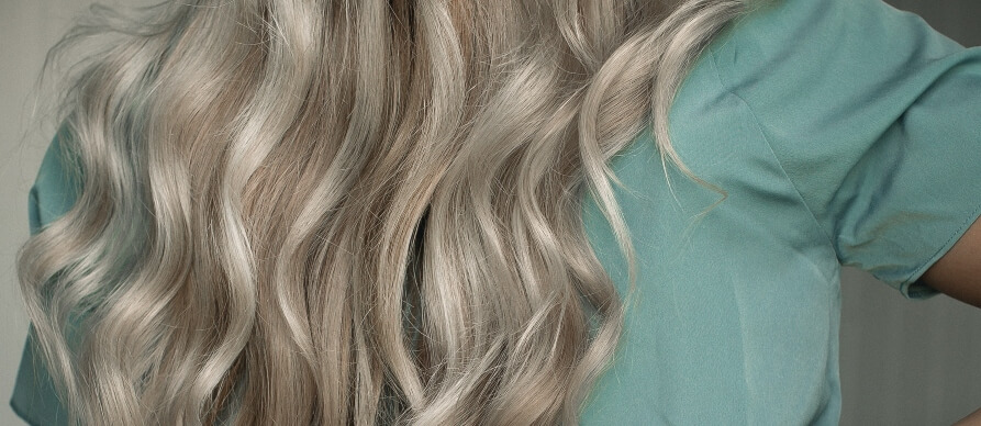 prikaz plave duge talasaste kose