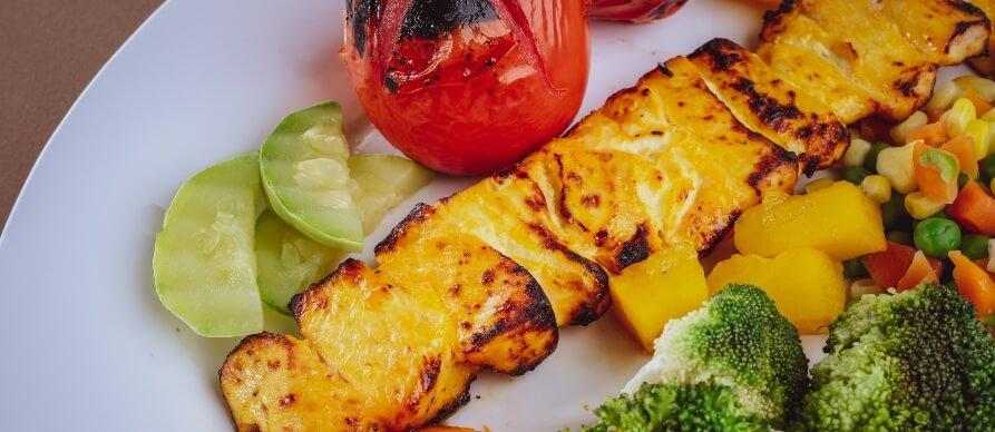prizaz grilovanog povrća na belom tanjiru
